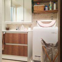 チェリー柄×モザイク柄の内装で安らぎのある洗面脱衣室